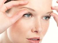Уход вокруг кожи глаз